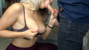 Busty bitch does fast blowjob