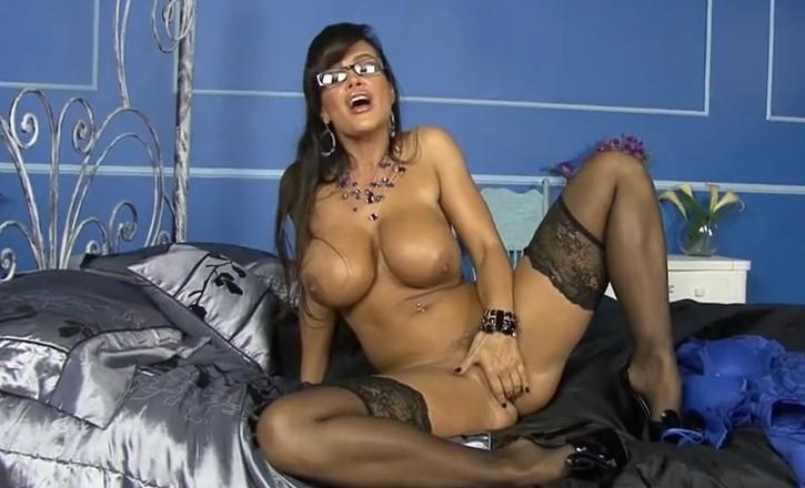 Busty Lisa Ann is fingering her pussy