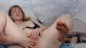 Amateur big ass blonde camgirl masturbates pussy on webcam