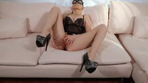 Hot amateur babe masturbates home alone